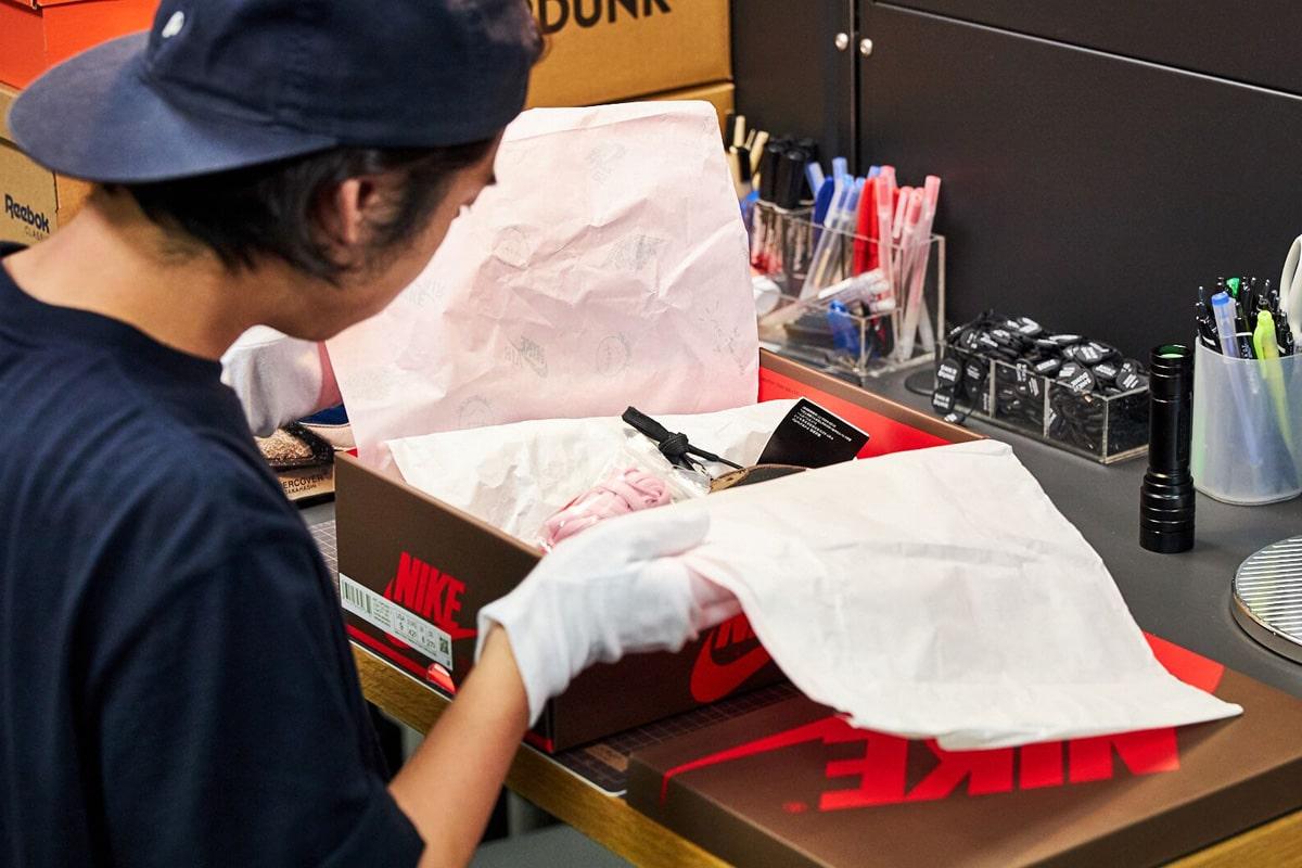 箱を開け、包装紙や付属品の鑑定